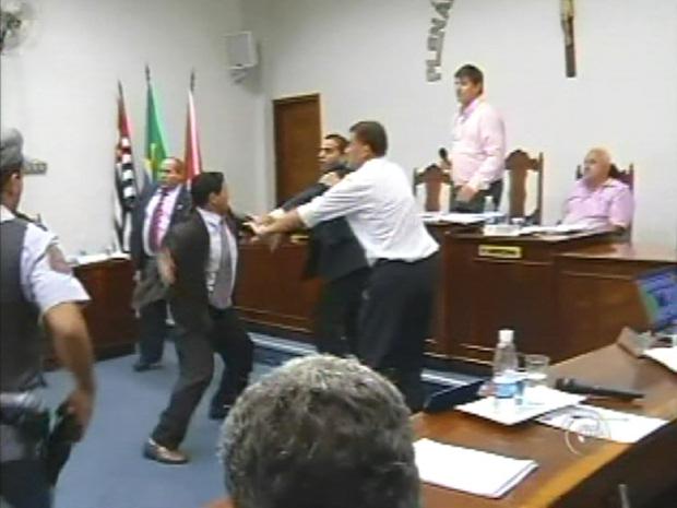 Vereadores que começaram a briga se agarraram e trocaram socos (Foto: Reprodução/ TV Tem)
