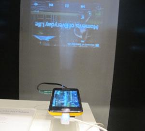 Galaxy Beam é exibido em um ambiente com luz controlada (Foto: Amanda Demetrio/G1)