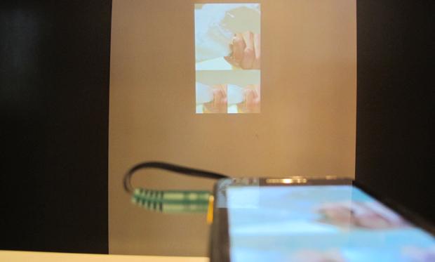 Galaxy Beam projeta imagem em demonstração da Samsung (Foto: Amanda Demetrio/G1)