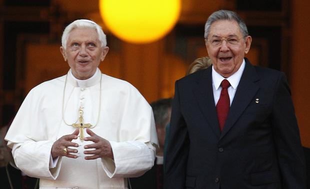 O Papa Bento XVI é recebido pelo presidente cubano Raúl Castro, no Palácio da Revolução (Foto: Tony Gentile / Reuters)