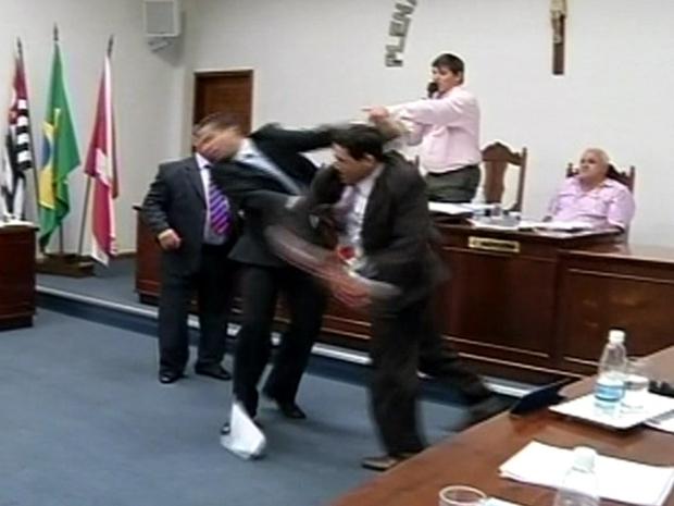 Vereadores brigam na Sessão da Câmara em Itatinga (Foto: Reprodução/ TV Tem)