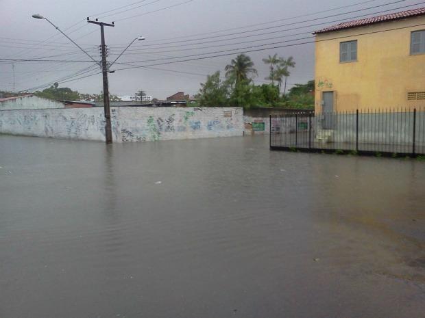 Chuva fechou todo o cruzamento das ruas, impedindo a passagem de carros e pedestres. (Foto: Alcides Lima/VC no G1)
