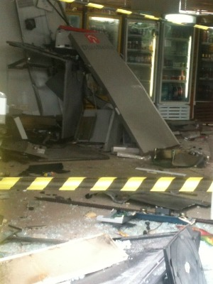 Dois caixas eletrônicos foram explodidos em Paranaguá  (Foto: Raphael Sibilla /RPC TV)