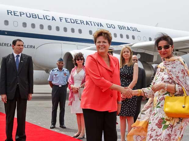 A presidente Dilma Rousseff desembarcou em Nova Délhi, na Índia, na manhã desta terça-feira (27), para participar ao longo da semana de uma reunião das potências emergentes que compõem o Brics. Os líderes do Brasil, Rússia, Índia, China e África do Sul se reunirão pela quarta vez na quinta-feira (29), com agenda econômica em meio à crise internacional.  (Foto: Roberto Stuckert Filho / PR)