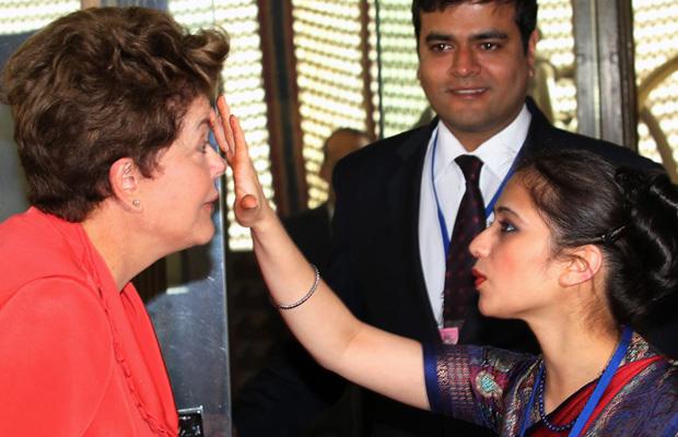 Dilma recebe pintura na testa ao chegar à Índia (Foto: Agência Estado)