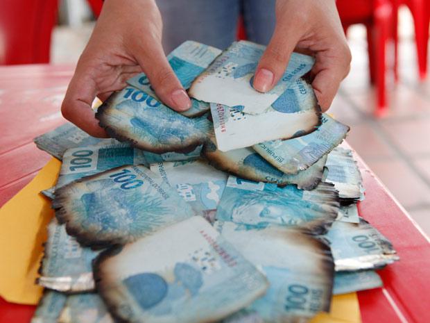Família recuperou parte de dinheiro perdido em incêndio em Santa Maria (Foto: Germano Rorato/Agência RBS)