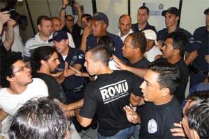 Manifestantes se revoltaram após assessor parlamentar rasgar monção de repúdio (Foto: Leandro Mata)