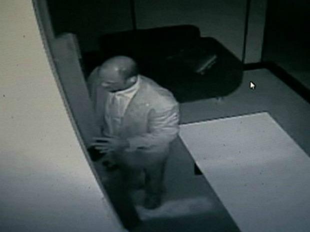 Suspeito vestia terno e foi flagrado pelas câmeras. (Foto: Reprodução/TV Gazeta)