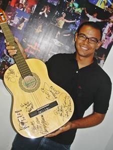Mateus recebe violão autografado e diz estar feliz com o prêmio (Foto: Daiane Neves/Divulgação)