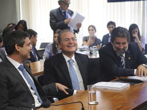 Os senadores Lindbergh Farias (PT-RJ), Renan Calheiros (PMDB-AL) e Valdir Raupp (PMDB-RO), na Comissão de Assuntos Econômicos (Foto: Wilson Dias/ABr)