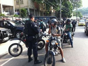Motociclistas são revistados no Alemão (Foto: Janaína Carvalho/G1)