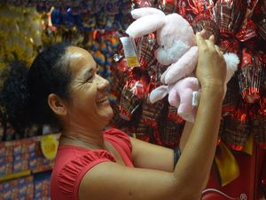 Leonor se encanta com o coelhinho que dará a filha (Foto: Flávio Antunes/G1 SE)