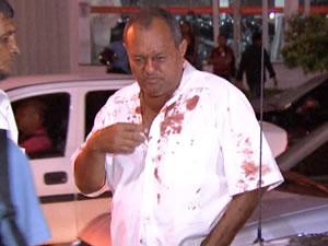 Policial ficou ferido pelos estilhaços de vidro. (Foto: Reprodução /TVCA)