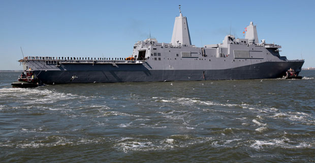 Navio USS New York foi feito com peças produzidas a partir de metal retirado dos escombros do WTC, caído no ataque de 11 de setembro de 2001 (Foto: AP/Steve Earley/The Virginian-Pilot)