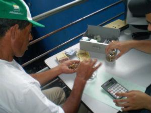 Na foto, Waldomiro Ferreira da Luz efetuando o pagamento para um dos catadores de material reciclável que integra a cooperativa Catamare (Foto: arquivo pessoal)