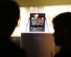 Consumidores observam o novo iPad em uma loja da Apple em Sydney, na Austrália tecnologia (Foto: Tim Wimborne/Reuters)