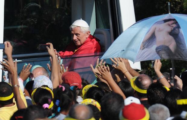 De papamóvel, Bento XVI chega ao local da missa nesta quarta-feira (28) em Havana (Foto: AFP)