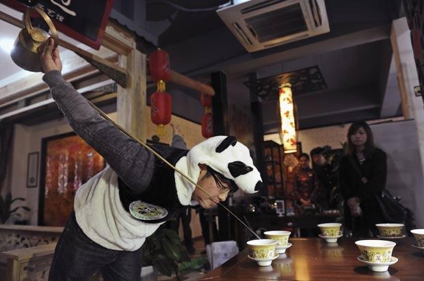 An Yanshi começou a vender na terça-feira (27) o chá mais caro do mundo. (Foto: China Daily/Reuters)