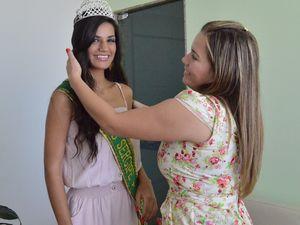 A amiga e 'anjo da guarda' Vivian Fontes, acompanha a Miss Sergipe em seus compromissos (Foto: Denise Gomes/G1 SE)
