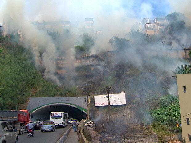 Incêndio a vegetação causa transtorno em túnel de Salvador (Foto: Imagens/ TVBA)