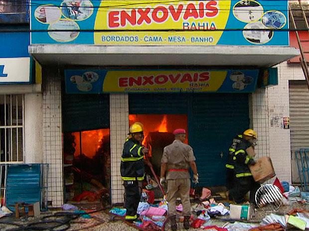Incêndio em loja na Avenida Sete (Foto: Imagem/TV Bahia)