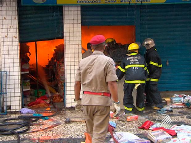 Incêndio atinge loja na Avenida Sete (Foto: Imagem/TV Bahia)