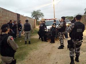 Objetivo é prender suspeitos de traficar e impor toque de recolher na comunidade (Foto: Divulgação/2ºBPM)