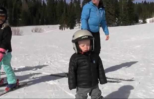Vídeo mostra menino caindo no sono durante uma aula de esqui. (Foto: Reprodução)