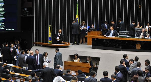 O relator da Lei Geral da Copa, deputado Vicente Cândido (PT-SP), discursa na tribuna antes de votação do projeto (Foto: Rodolfo Stuckert/Agência Câmara)
