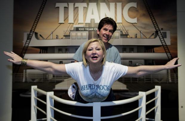 """Também estão expostas as primeiras imagens do navio pós-naufrágio, feitas em 1985, e outras mais recentes que contaram com a participação do diretor David Cameron - que produziu o filme """"Titanic"""". (Foto: Paul J. Richards/AFP)"""