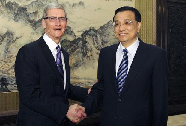 Tim Cook se encontrou com Li Keqiang, vice-primeiro-ministro chinês, em Pequim, na terça-feira (27)  (Foto: Rao Aimin/ Xinhua/Reuters)