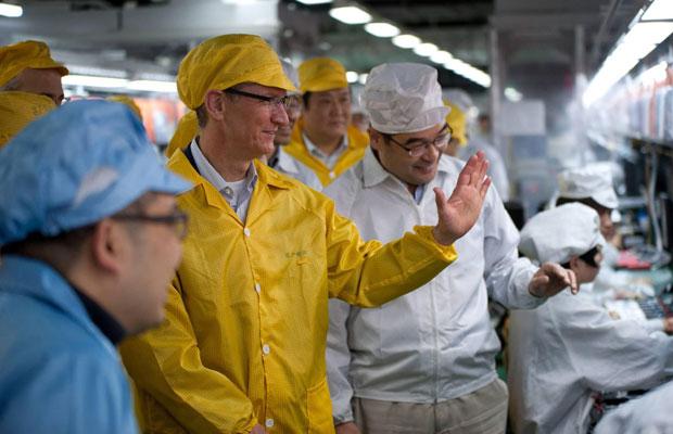 Tim Cook visita fábrica recém-construída da Foxconn na China (Foto: Apple/Reuters)