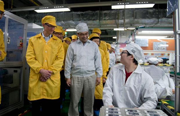 Tim Cook conheceu a linha de produção do iPhone na nova fábrica da Foxconn na China (Foto: Apple/Reuters)