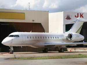 Avião da apresentadora Oprah Winfrey em hangar no aeroporto de  Brasília na manhã desta quinta-feira (27) (Foto: Vianey Bentes/TV Globo)