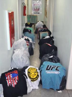 Material apreendido em fábrica que falsificava roupas de grife em Ceilândia (Foto: Polícia Civil / Divulgação)