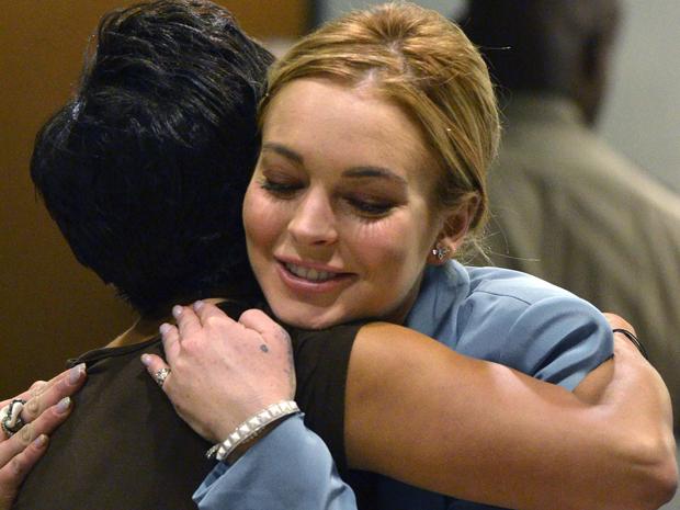 Lindsay Lohan abraça sua advogada Shawn Holley em tribunal em Los Angeles, nesta quinta-feira (29) (Foto: Reuters/Joe Klamar)