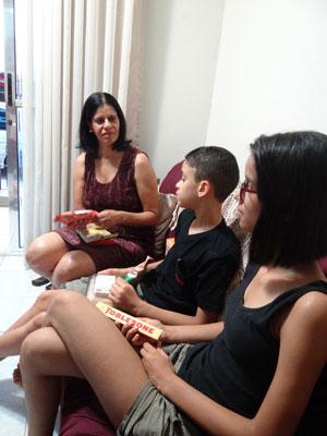 Eliane com os filhos Luiz Carlos e Maria (Foto: Roberta Rêgo/G1)