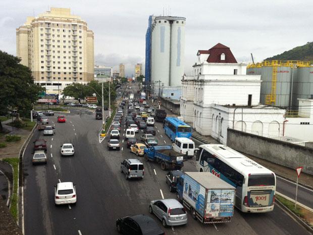 Trânsito na saída da Ponte, no sentido Niterói, pouco antes das 11h desta quinta (Foto: Rodrigo Vianna/G1)