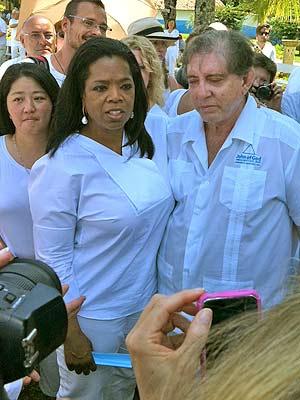 A apresentadora Oprah Winfrey ao lado do médium João de Deus em Abadiânia (GO) nesta quinta-feira (29) (Foto: Rafaela Céo/G1)