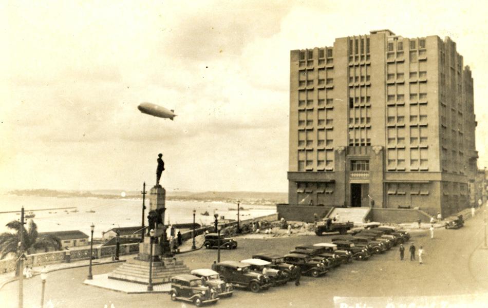 Zeppelin sobrevoa a Praça Castro Alves. Na década de 30, os alemães da Companhia Zeppelin passaram pelo Brasil, na busca pelo terreno ideal para construir um hangar para os dirigíveis.