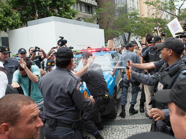 Policiais jogam spray em direção direção de manifestantes (Foto: Celso Pupo/Foto Arena/AE)