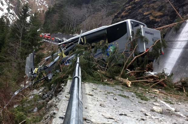 ônibus parcialmente coberto por deslizamento de terra no cantão suíço de Graubuenden nesta sexta-feira (30). O acidente, ocorrido próximo à cidade de Martina, deixou um morto, o motorista. Ele era o único a bordo e ia buscar passageiros na cidade italiana de Livigno. Um carro também foi atingido, segundo a polícia (Foto: AFP)