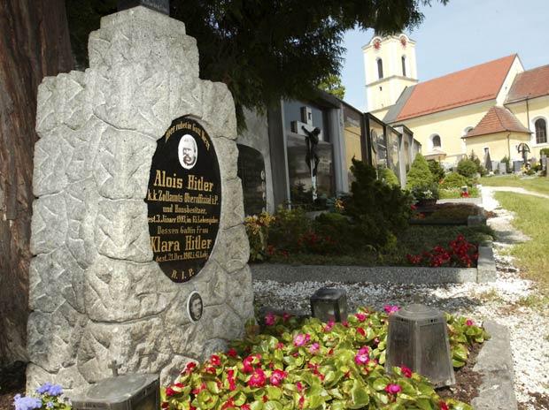 O túmulo dos pais de Adolf Hitler, na cidade austríaca de Leonding, em foto de 2002 (Foto: Reuters)