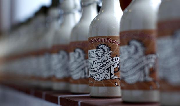 Apenas 43 garrafas da cerveja foram produzidas e têm preço unitário de 200 euros (Foto: Michaela Rehle/Reuters)