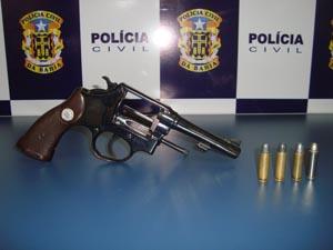 Revólver estava com vigilante que não tinha registro da arma. (Foto: Divulgação/Polícia Civil)