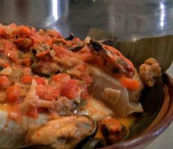 Peixe é envolvido em folha de bananeira e cozido no vapor (Foto: Reprodução/G1)
