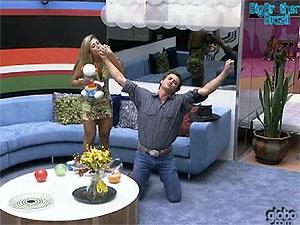 Ao saber que ganhou o BBB12, Fael recebe cumprimento de Fabiana  (Foto: Reprodução/TV Globo)