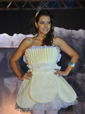Vestido de noiva feito de chocolate foi apresentado em desfile (Foto: Divulgação/Senac)