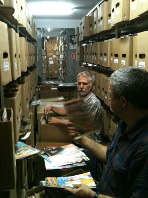 O diretor editorial da Devir, Douglas Quinta Reis, e o pesquisador Gonçalo Júnior, no lote de gibis vendidos (Foto: Daniel Buarque/G1)