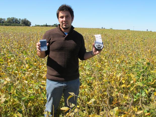 O engenheiro agrônomo Daniel Pompas visita os agricultores com o smatphone e a impressora, que já imprime a ficha com os dados do campo ao produtor (Foto: Gabriela Gasparin/G1)
